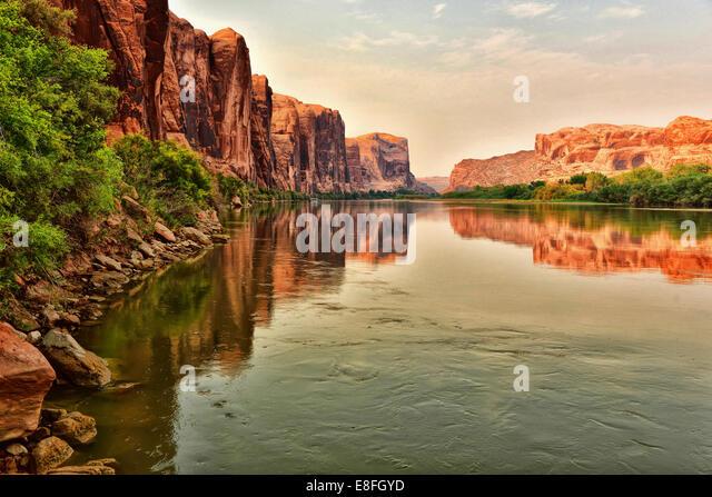 USA, Utah, roten Felsen reflektieren auf Colorado River in der Nähe von Moab Stockbild