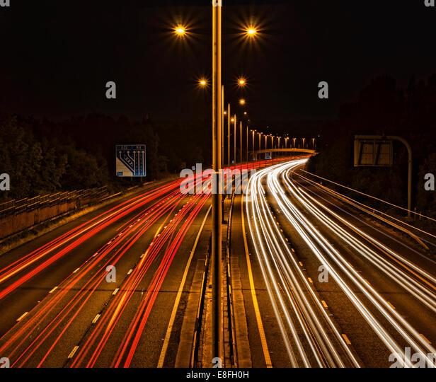 Lichtspuren auf Autobahn Stockbild