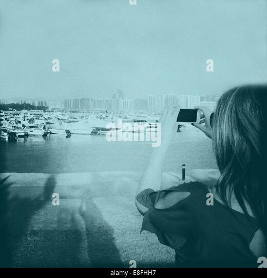 Vereinigte Arabische Emirate, Abu Dhabi, Frau nehmen Foto auf Handy Stockbild