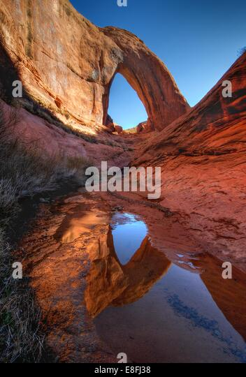 USA, Utah, Glen Canyon National Recreation Area, Reflexion von Broken Bow Arch Stockbild