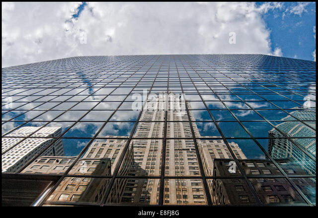 Chrysler Building und Wolkenkratzer Reflexionen im Glasbau, New York, Amerika, USA Stockbild