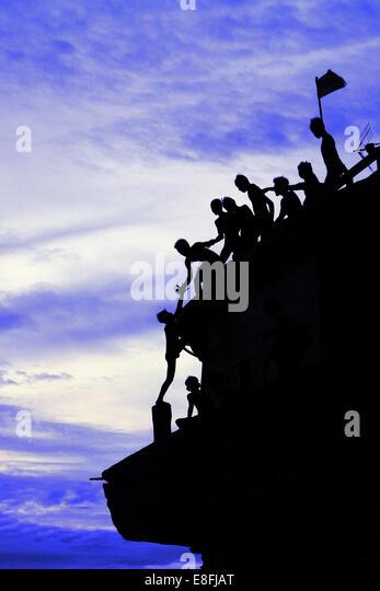 Indonesien, Jakarta spezielle Hauptstadtregion, Penjaringan, Maritim Raya, Teamarbeit beim Klettern oben Sunda Kelapa Stockbild