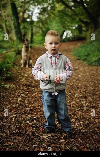 Kleiner Junge In einem Wald Stockbild