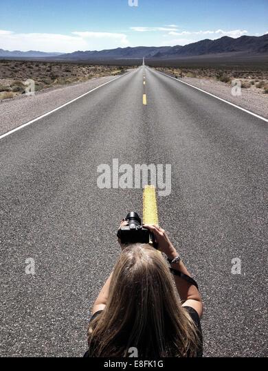 Frau nehmen Foto von leere Straße, California, Amerika, USA Stockbild