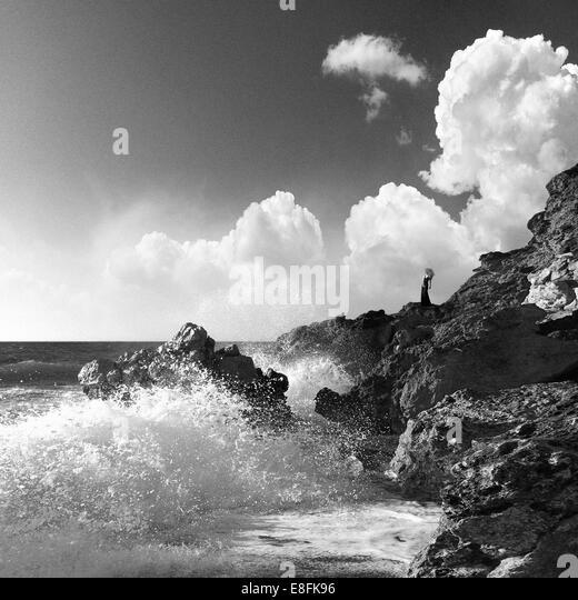 Griechenland, Peloponnes Peripherie, Präfektur Messenien, Kyparissia, Person auf Felsen stehend Stockbild