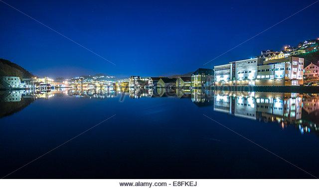 Norwegen, Rogaland, Panorama von Egersund Innenhafen bei Nacht mit Wasserreflexion Stockbild