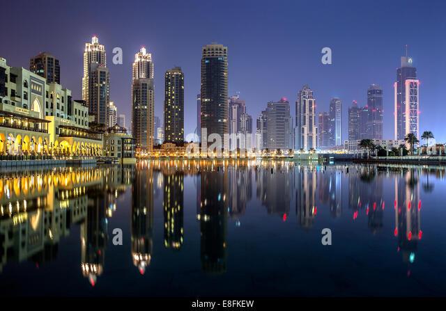 Vereinigte Arabische Emirate, Dubai, Stadtbild mit Burj Khalifa Gebäude in der Nacht Stockbild