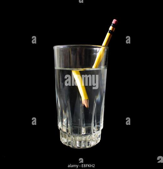 Verzerrte Bleistift In ein Glas Wasser Stockbild