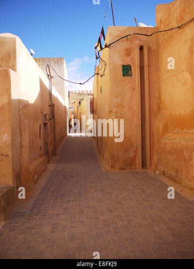 Leere Gasse zwischen Gebäuden, Marokko Stockbild