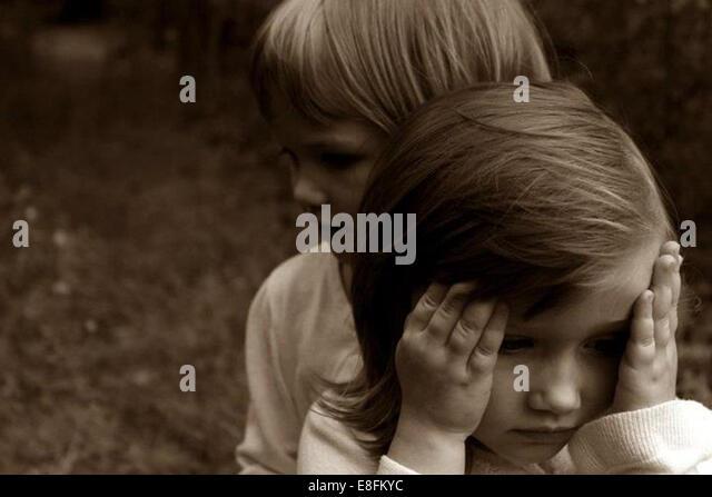 Zwei kleine Mädchen im freien Stockbild