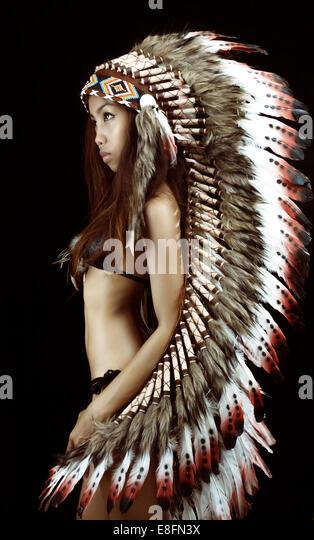 Studioaufnahme von Frau trägt traditionelle plume Stockbild