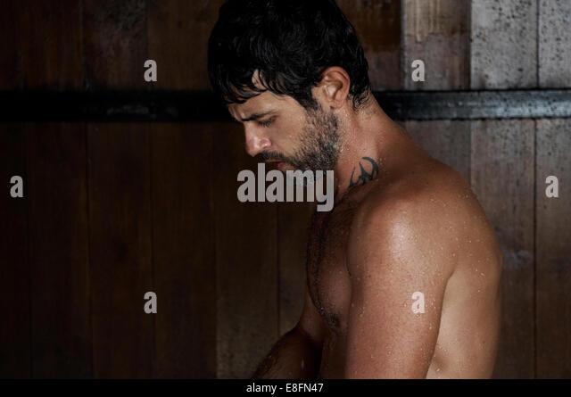 Mann unter Dusche Stockbild