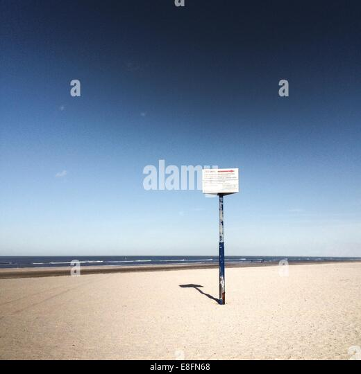 Einsame Zeichen am Strand Stockbild