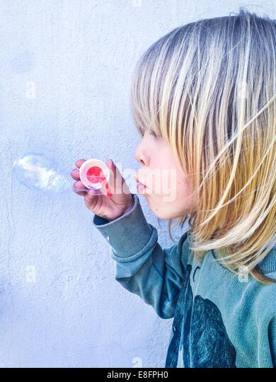 Junge hält einen Blase Zauberstab Seifenblasen Stockbild