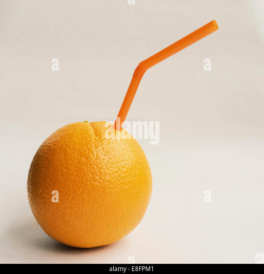 Orange mit Stroh Stockbild