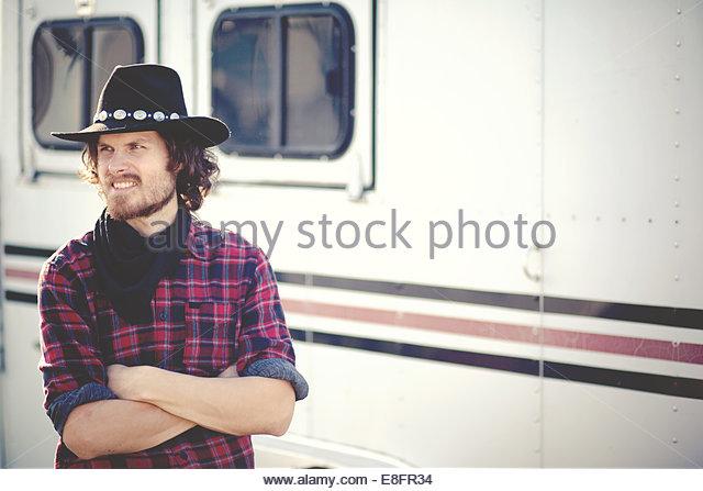Porträt des modernen Cowboys stehen Anhänger Stockbild