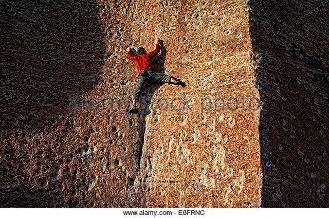 Kletterer arbeitet eine Sandstein-Platte ohne Seil oder Schutz Stockbild