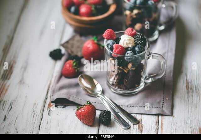 Schokolade, Kuchen, Beeren und Sahne Stockbild
