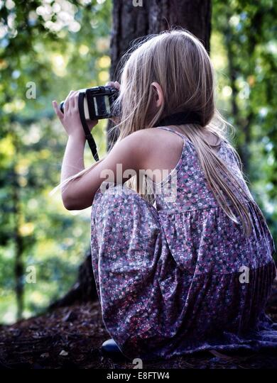 Schweden, (8-9 Jahre) Mädchen nehmen Foto Stockbild
