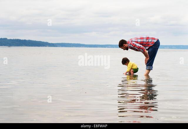 Vater und Sohn (2-3) in See stehen Stockbild