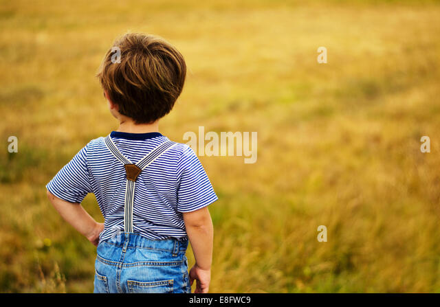 Junge mit Hand auf Hüfte (2-3 Jahre) Stockbild