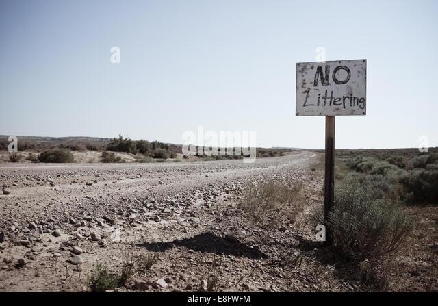 USA, Wyoming, Feldweg und Hand machte Zeichen Stockbild