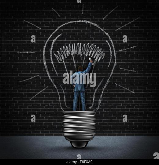 Glühbirne-Mann-Business-Konzept als Geschäftsmann in einer leichten Basis stehen und zeichnen eine beleuchtete Stockbild