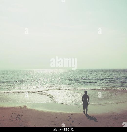 Silhouette Abbildung am Strand zu Fuß vom Meer entfernt Stockbild