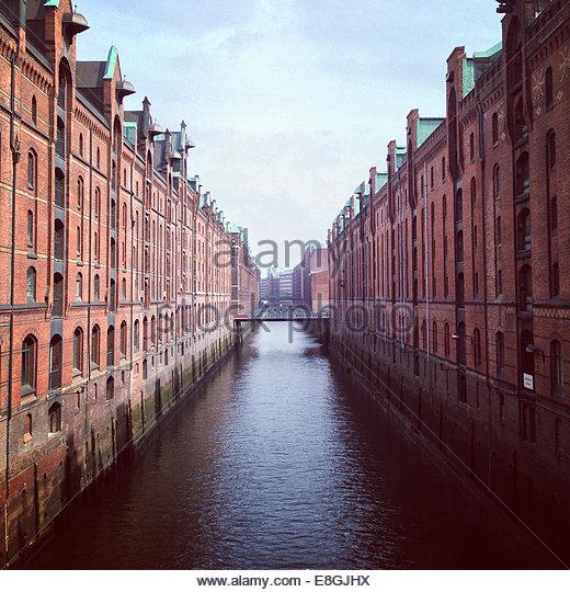 Kanal zwischen Gebäuden, Hamburg, Deutschland Stockbild