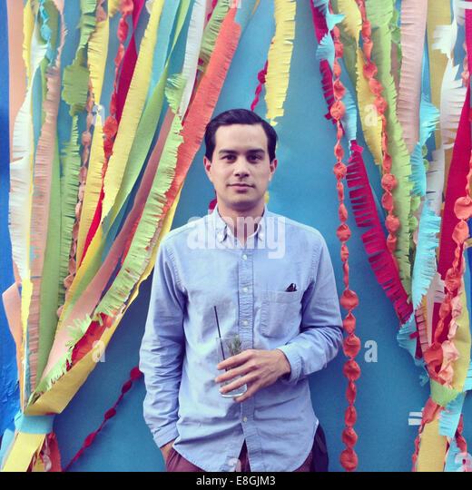 Porträt eines Mannes mit einem Getränk Stockbild