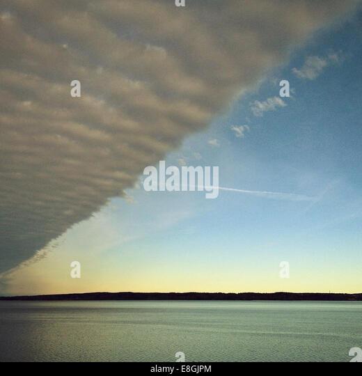 Bank von Wolke über Meer Stockbild