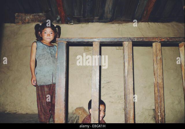 Nepal, Schwestern (8-9), (10-11) zu Hause Stockbild