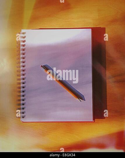 Bleistift und offene Skizzenbuch Stockbild