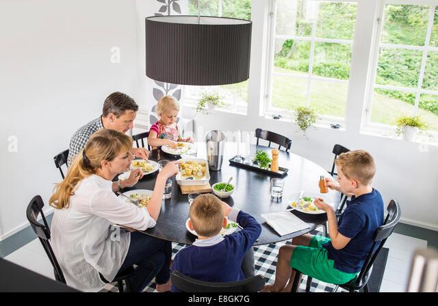 Familie zu Hause zu Mittag Stockbild