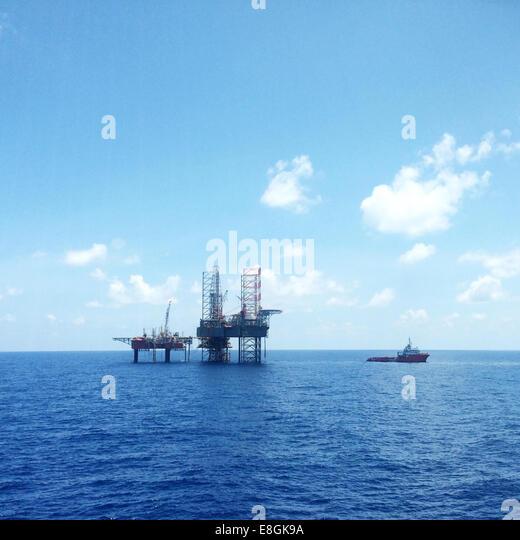 Öl- und Gas-Plattform mit Offshore-Schiffe transportieren Fracht Stockbild