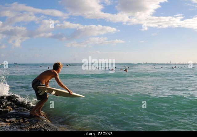 USA, Hawaii, Kalawao, Honolulu, Waikiki, Surfer am Pazifischen Ozean Stockbild