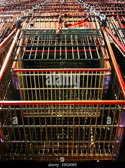 Reihe von Einkaufswagen Stockbild