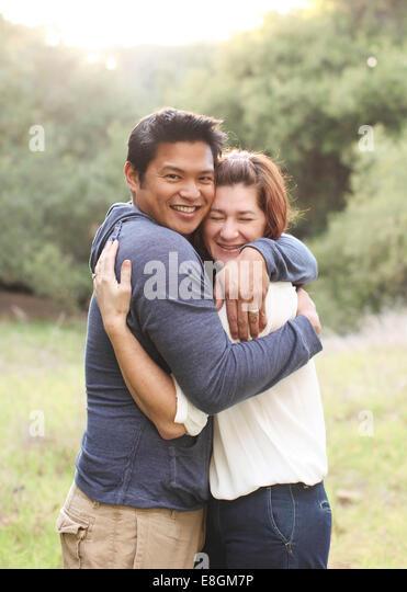 Porträt einer Mitte adult paar umarmt Stockbild
