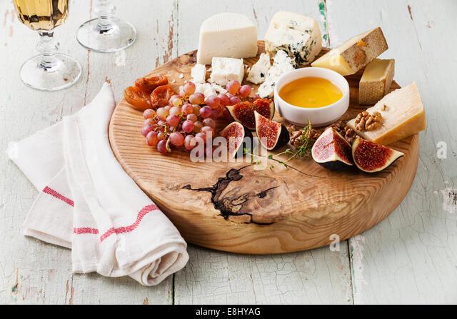 Käse-Platte Sortiment an verschiedenen Sorten Käse auf Holzbrett Stockbild