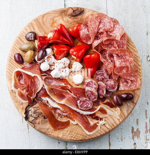 Kalte Fleischplatte und Oliven auf hölzernen Hintergrund Stockbild