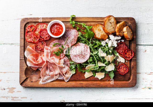 Kalte Fleischplatte und Brot auf hölzernen Hintergrund Stockbild