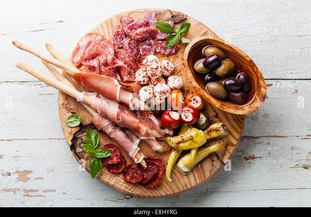 Kalte Fleischplatte und Grissini Brot Sticks auf hölzernen Hintergrund Stockbild