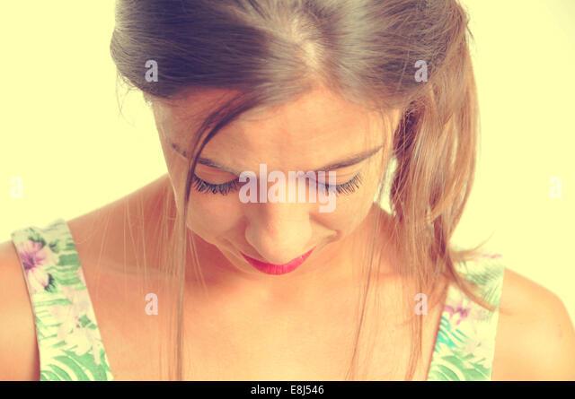 Porträt einer jungen Brünette Frau auf der Suche nach unten, mit einem Retro-Effekt Stockbild