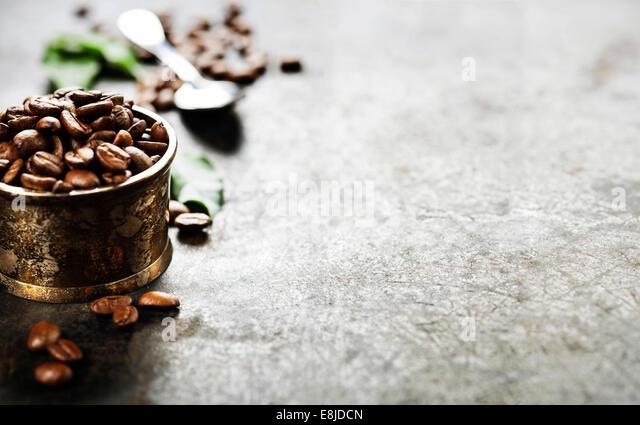Kaffee auf dunklem Hintergrund grunge Stockbild