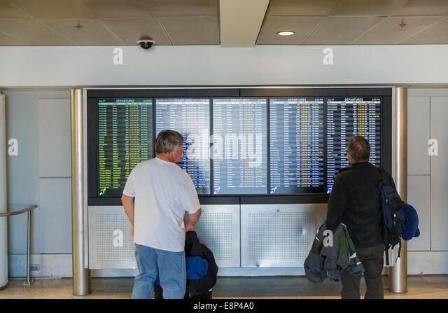 Ankünfte / Abflüge Informationen auf LCD-Sreens am Flughafen angezeigt wird Stockbild
