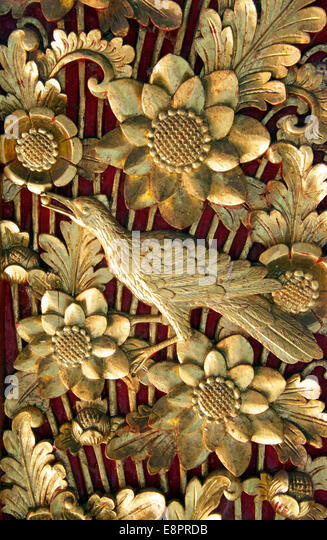 Komplizierte gold geschnitzten Türen Balai Banjar Tempel Ubud Kelod Bali Indonesien Stockbild