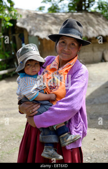 Mutter in traditioneller Tracht mit Kind, Chuquis, Huanuco Provinz, Peru Stockbild
