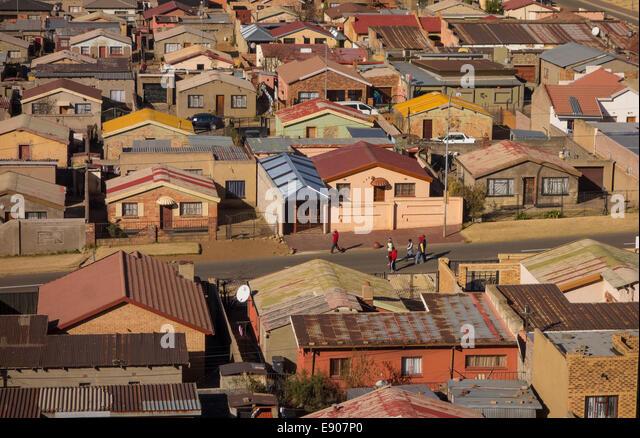 SOWETO, JOHANNESBURG, Südafrika - Ansicht der Jabulani Nachbarschaft in Soweto Township. Stockbild