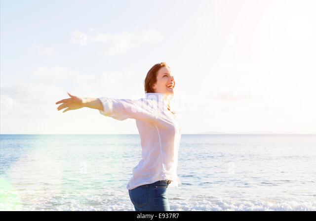 Porträt der Frau am Strand Stockbild
