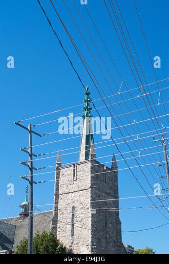 Ein Gewirr von unschönen Overhead Stromkabeln verderben den Blick auf die Kirche in Thunder Bay, Ontario, Kanada Stockbild